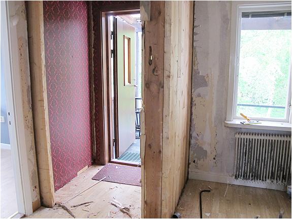 Nu är dörren till vindfånget borta och tapeten nedriven.