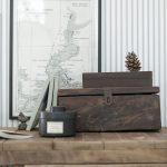 Sjökort och vindpinat trä skapar rätta känslan - tapetkollektionen Marstrand från Boråstapeter