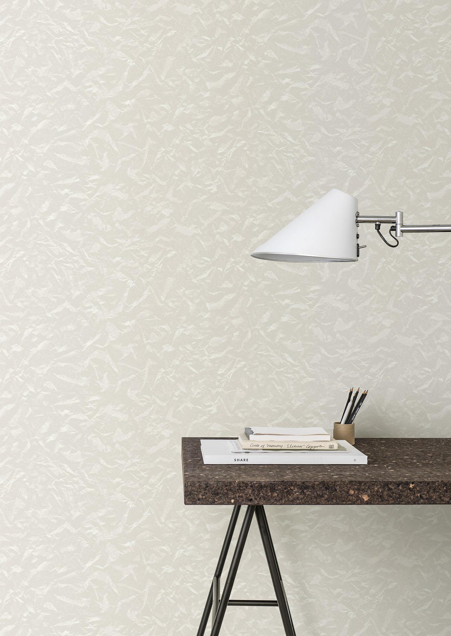 ett lekfullt mönster med känslan av tunt ljust papper som krusat sig och skapat vågor på väggarna.