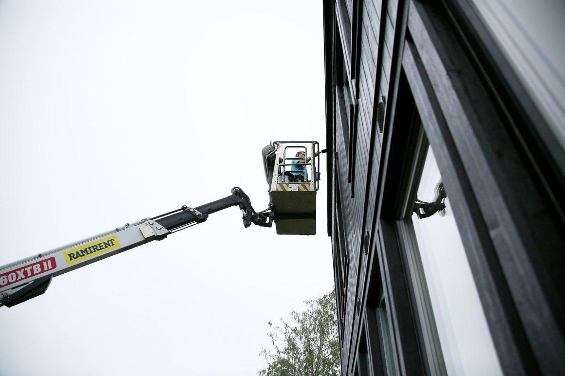 Måla huset - målning pågår - fixaodona.se
